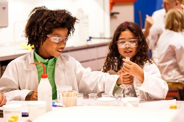 Reageerbuisjes, explosies en chemicaliën. Bij deze activiteiten kun je proefjes doen. Trek je labjas aan en ga naar het Weekend van de Wetenschap!